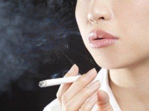 女性の口ひげの原因は喫煙です