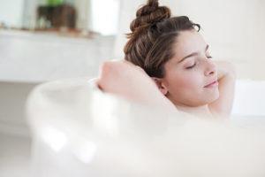 背中を洗う女性